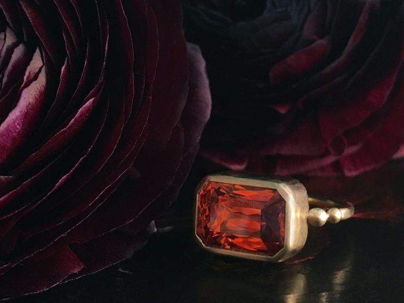 Bague Queen Brunehilde grenat mandarin réalisée sur mesure par Emmanuelle Zysman