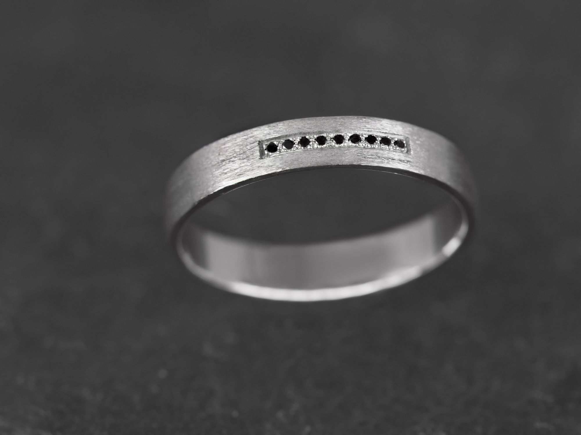 Alliance Galatée or blanc diamants noirs homme par Emmanuelle Zysman