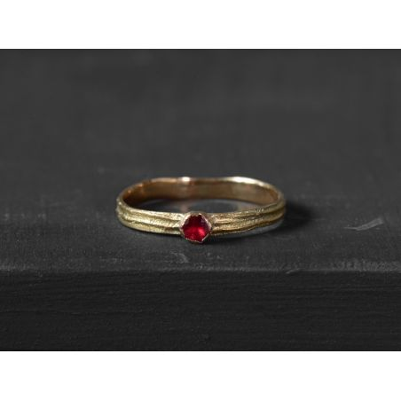 Sitia PM yellow gold round spinel ring by Emmanuelle Zysman