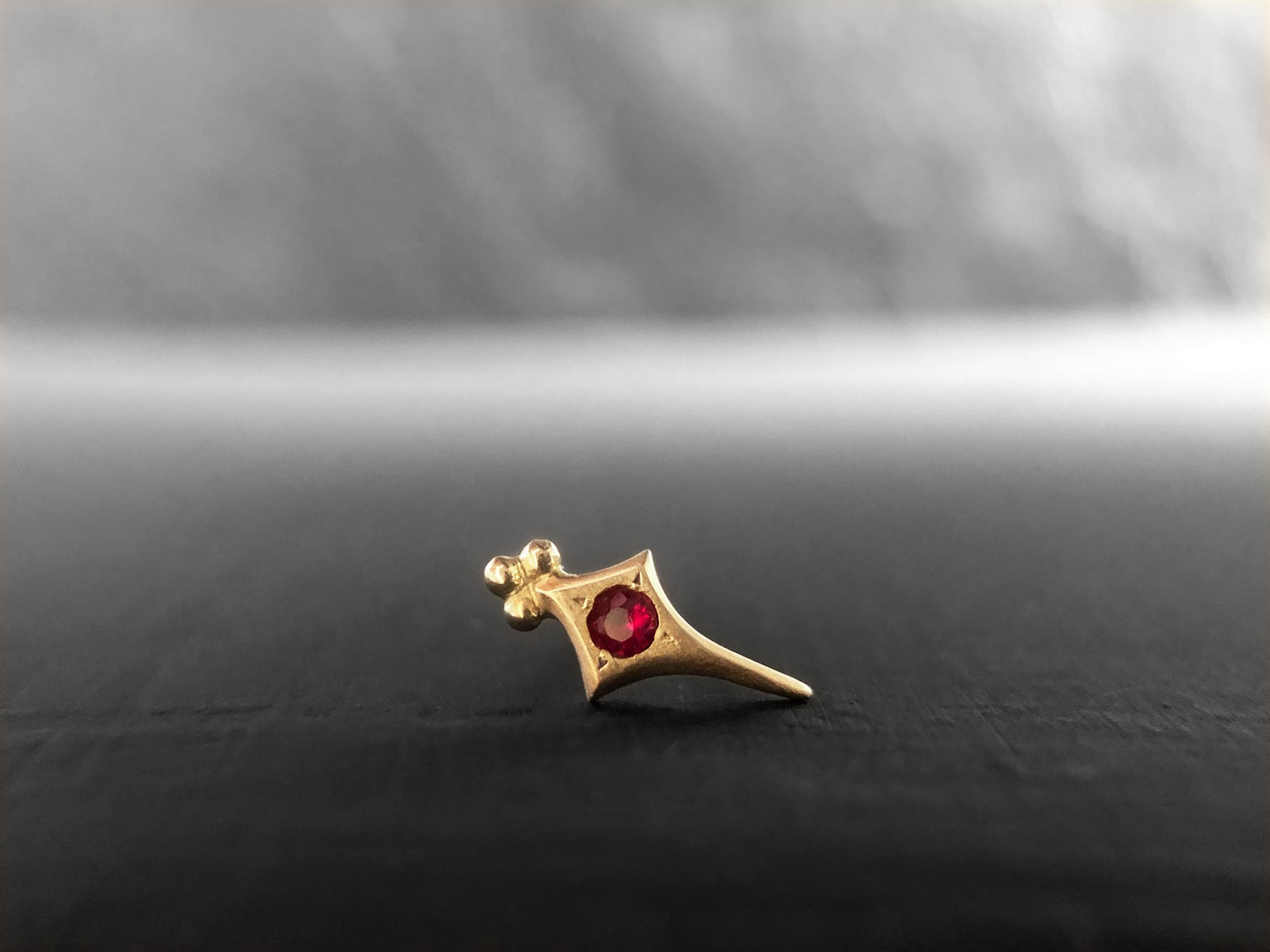 Puce Sword losange or jaune rubis par Emmanuelle Zysman