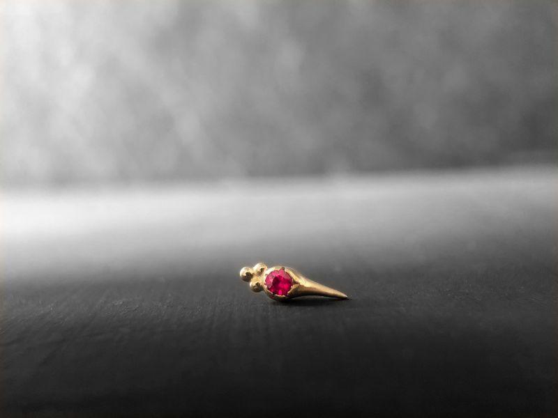 Puce Sword ronde or jaune rubis par Emmanuelle Zysman