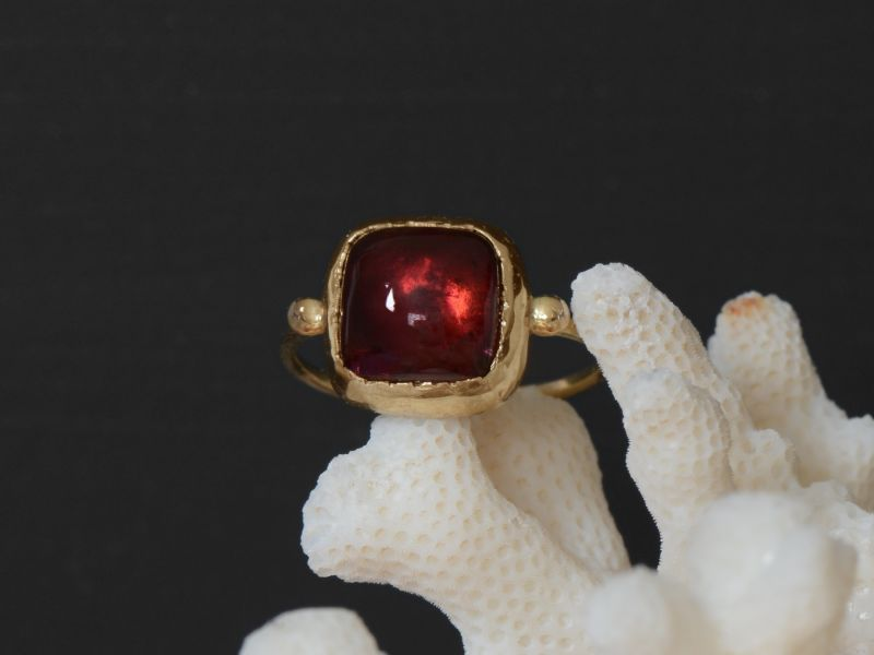Bague Queen Brunehilde or jaune tourmaline rose carrée 9x9mm par Emmanuelle Zysman