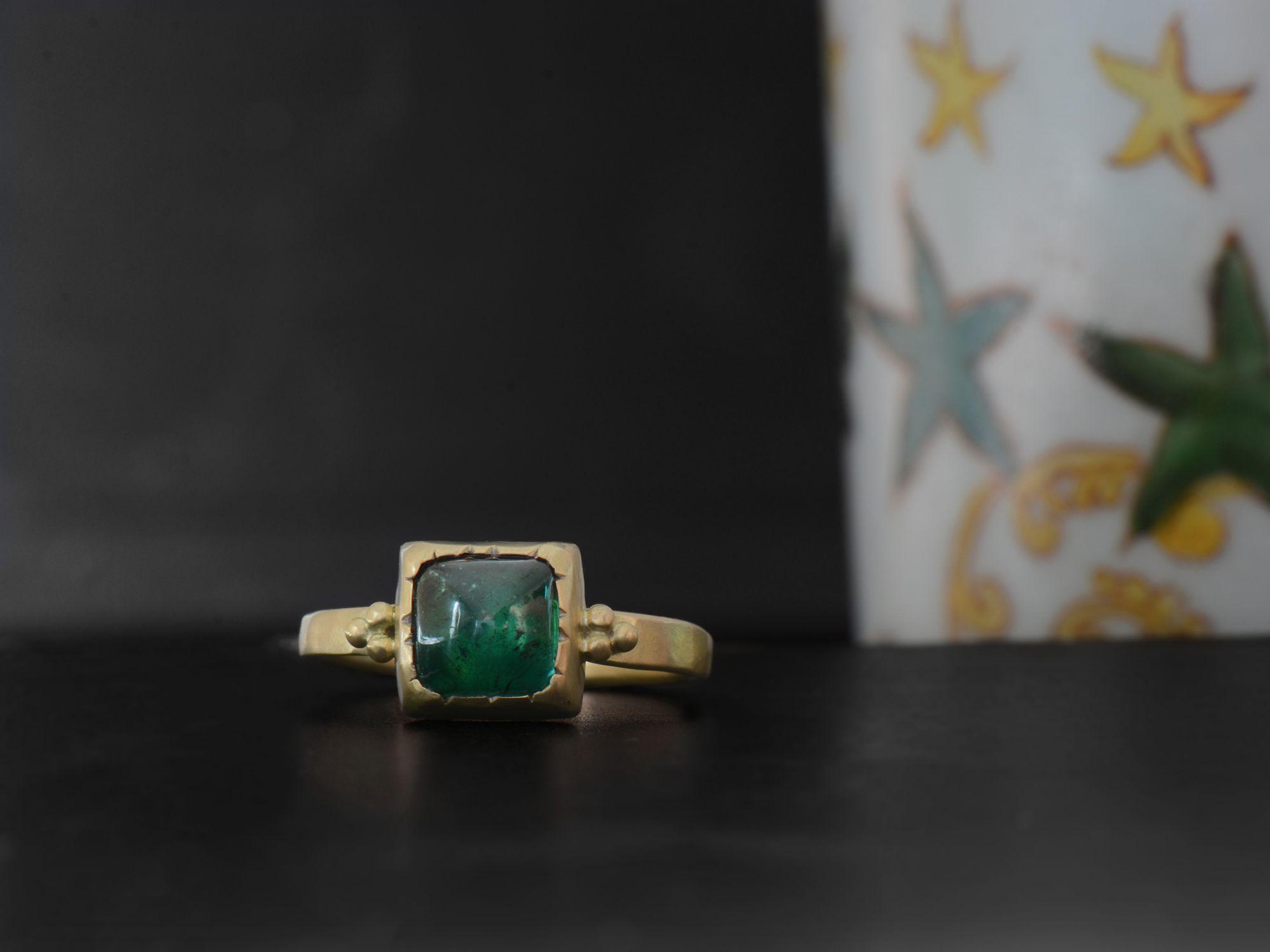 Bague Queen B or jaune tourmaline verte carrée par Emmanuelle Zysman