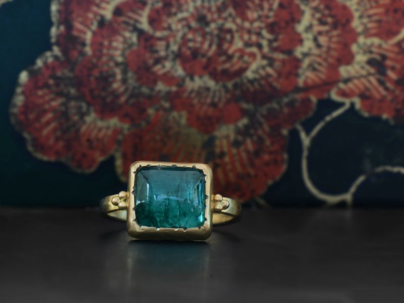 Bague Queen B or jaune tourmaline verte rectangle par Emmanuelle Zysman