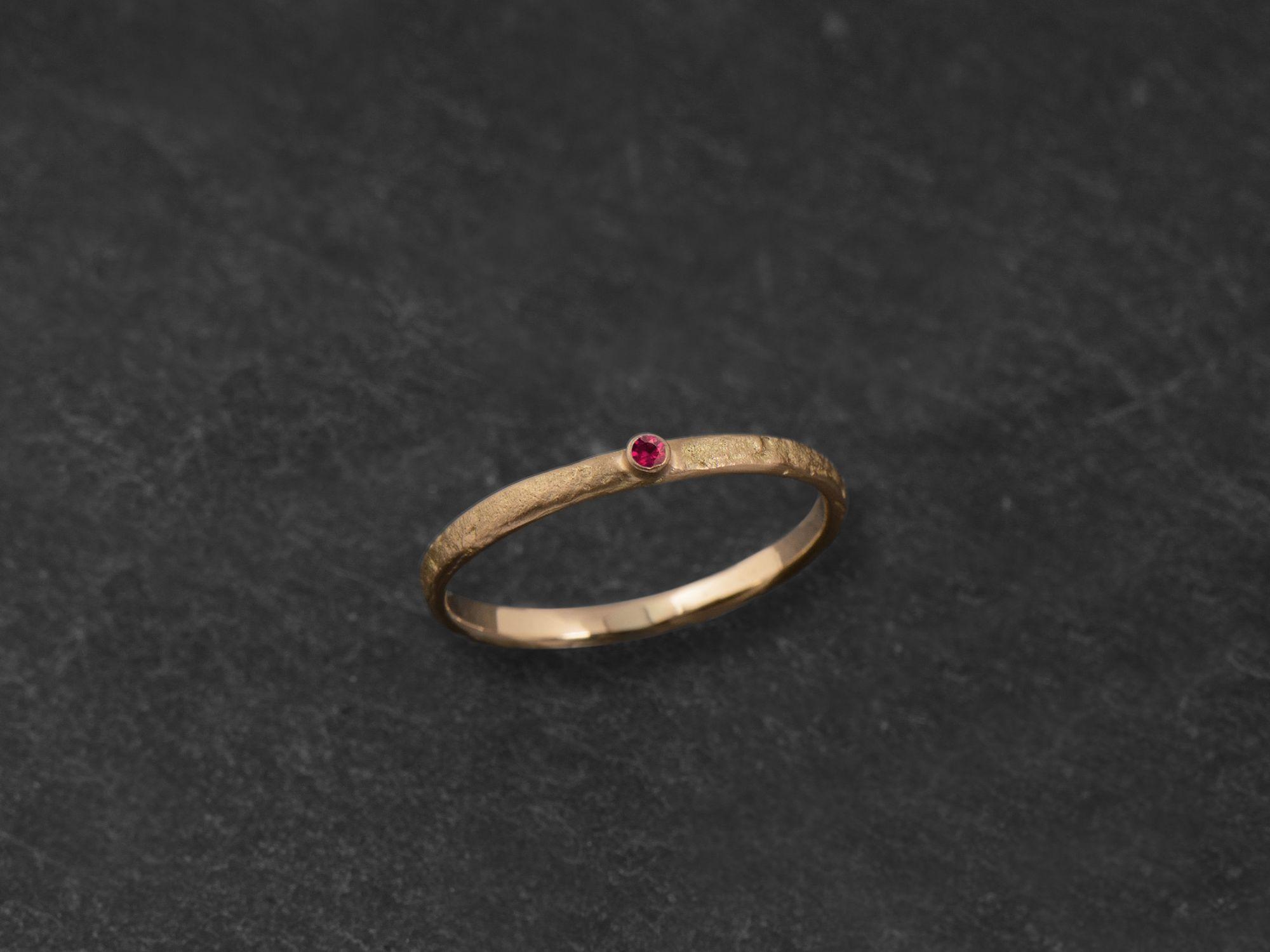 Bague Mon Chéri martelé pierre or jaune rubis par Emmanuelle Zysman