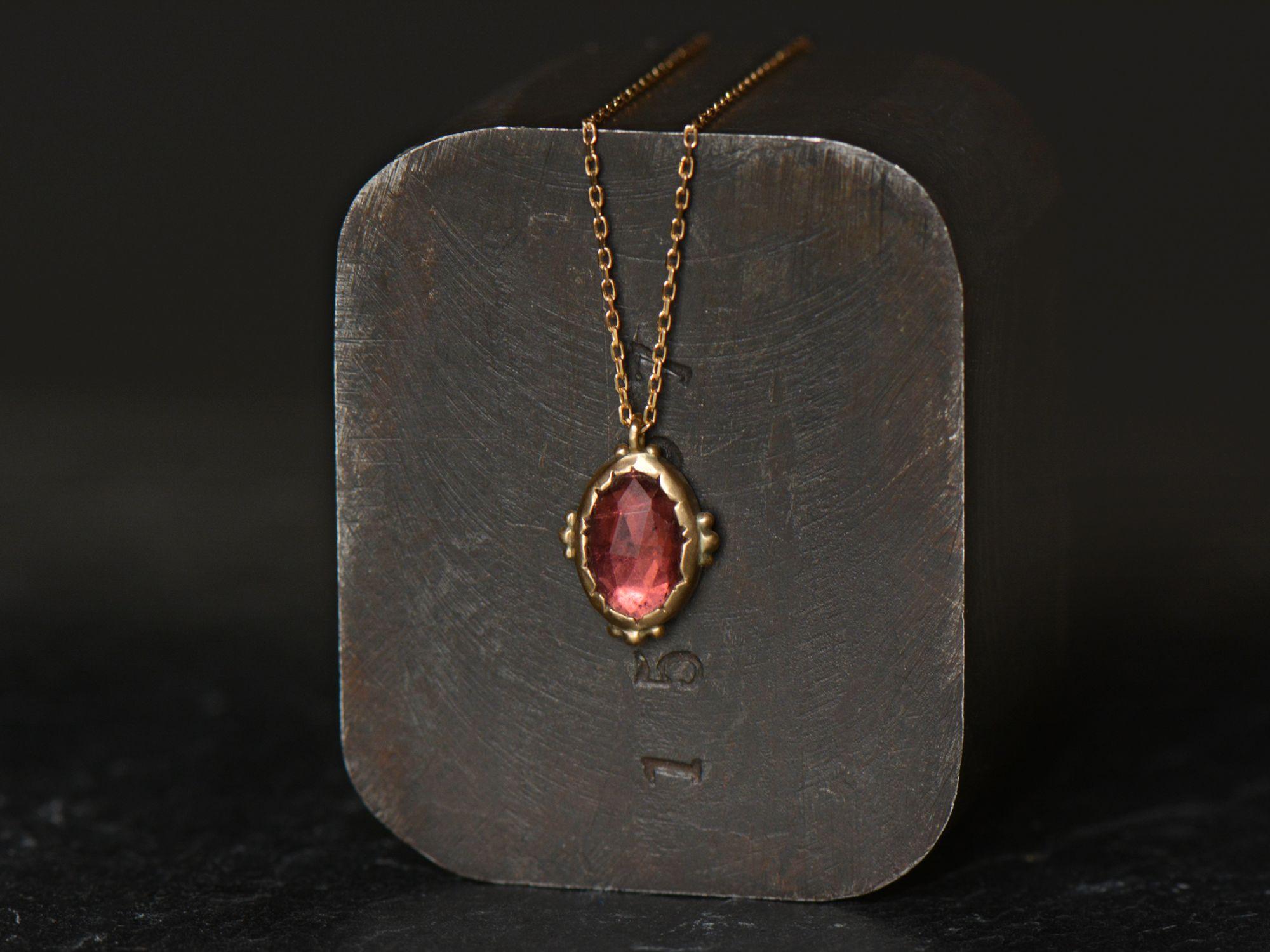 collier Enigma or jaune tourmaline rose par Emmanuelle Zysman