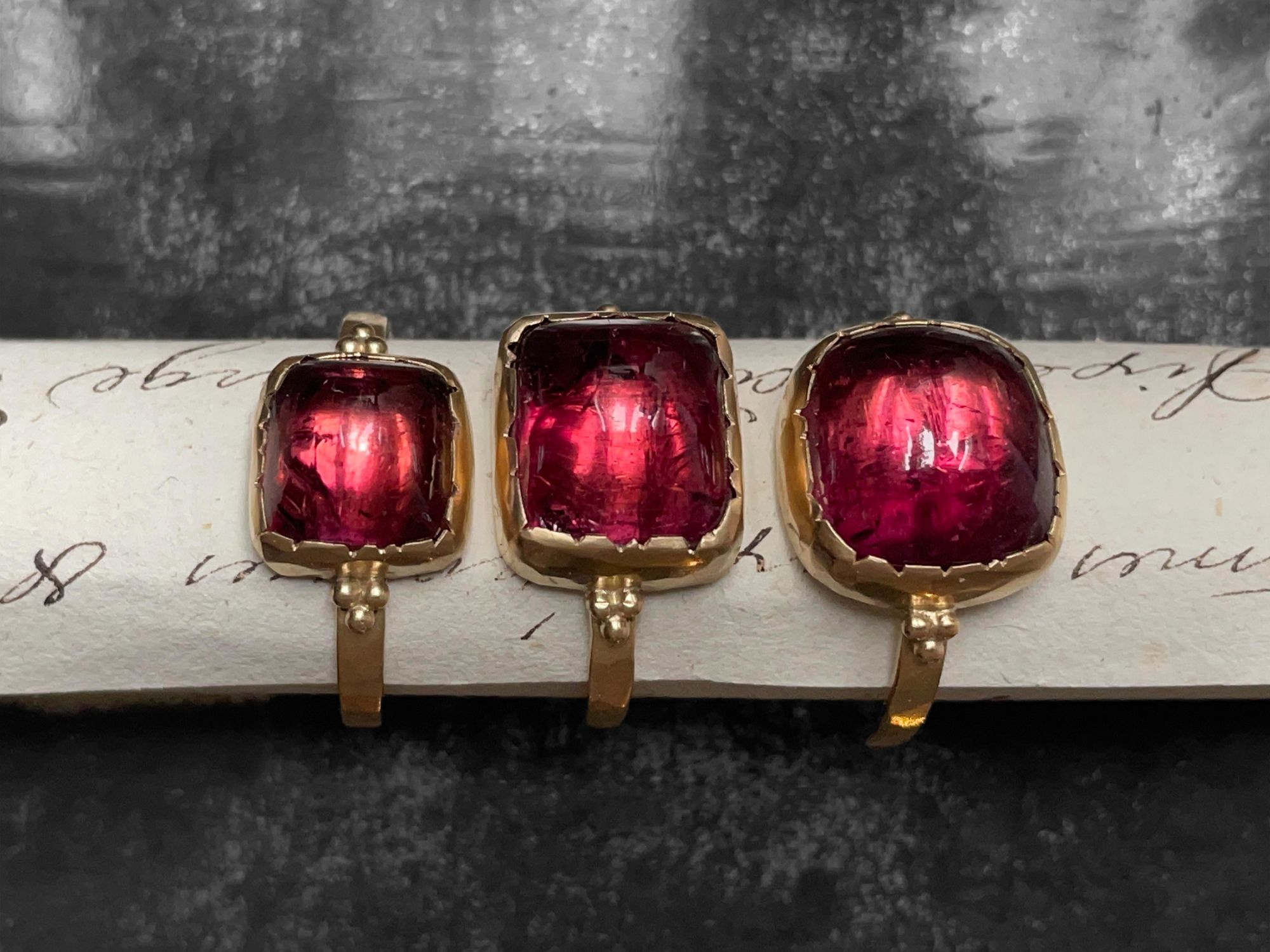 Bagues Queen B or jaune tourmaline rose par Emmanuelle Zysman
