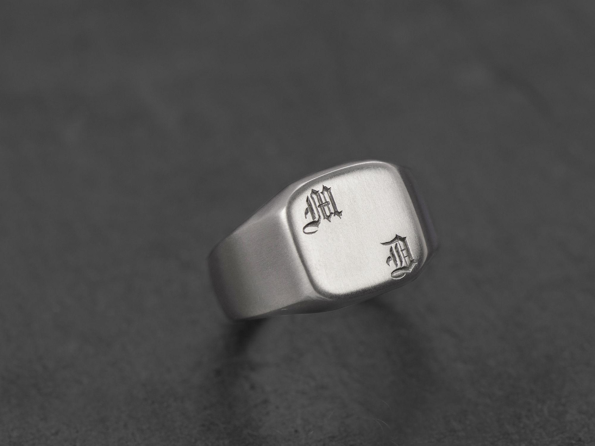 Chevalière Achille argent rhodié initiales gothique par Emmanuelle Zysman