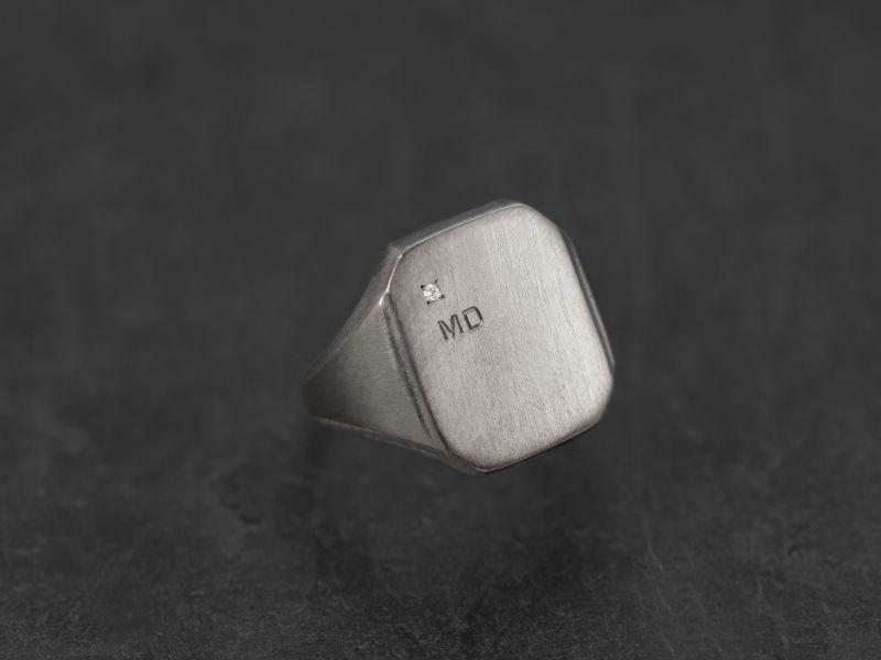 Chevalière Nemours argent rhodié diamant + initiales bâton