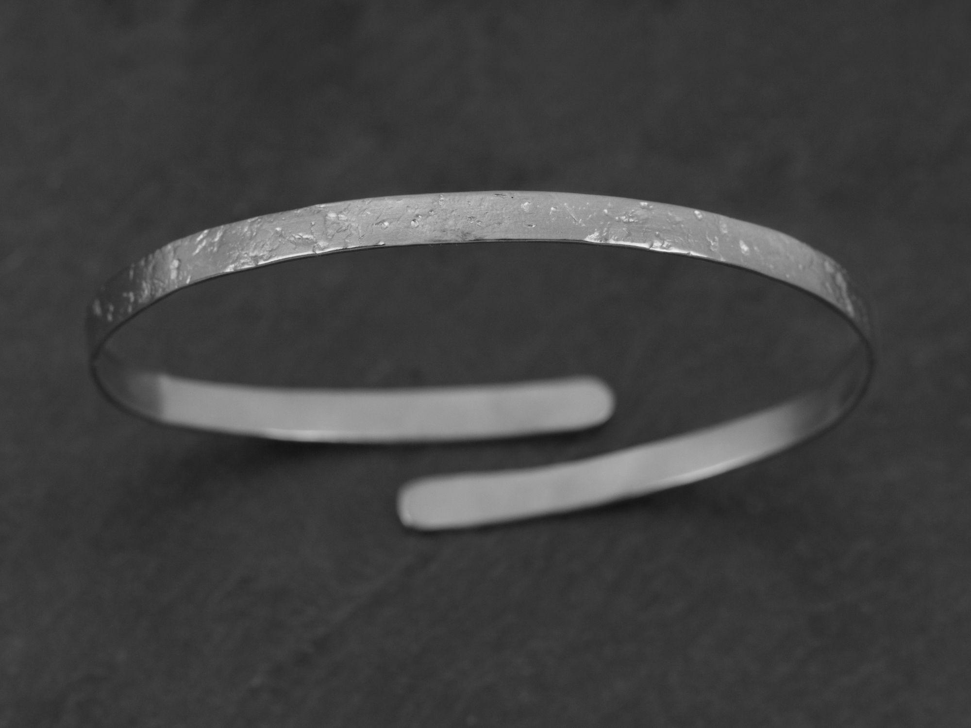 Bracelet Ulysse argent rhodié martelé homme par Emmanuelle Zysman