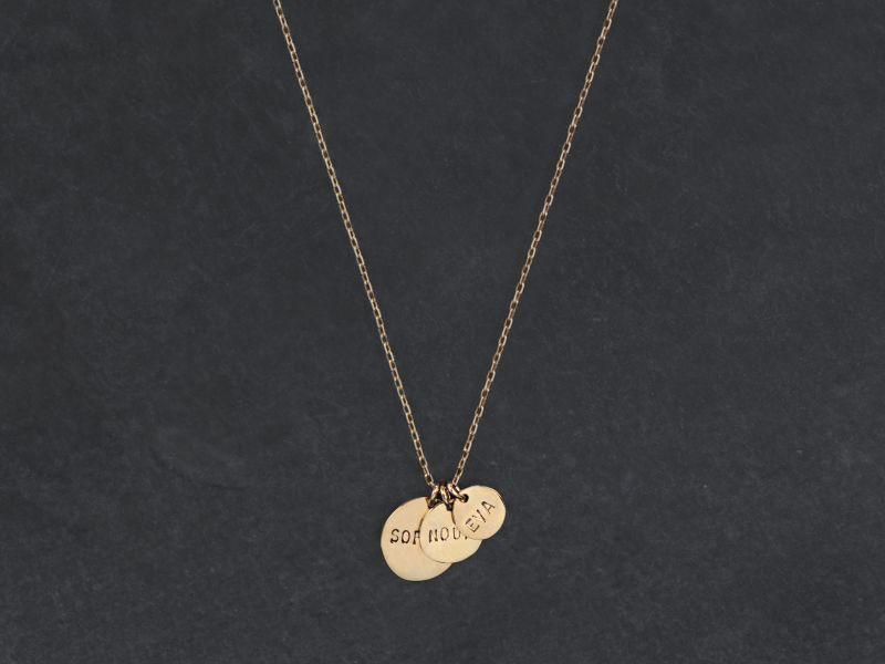 Collier 3 médailles lettres frappées or jaune 50 cm